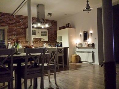 Czerwona cegła  w kuchni zamiast kafelków (47815)