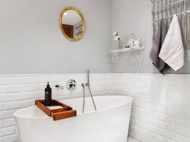 Biało-szara łazienka z drewnianymi akcentami (49001)