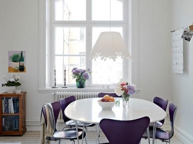 Fioletowe krzesła przy białym owalnym stole (20085)