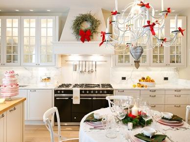Białe meble wprowadzają do kuchni z jadalnią świeżość i elegancję. Świąteczne dodatki w czerwieni i zieleni idealnie dekorują wnętrze na ich tle. Kuchnia jest na tyle przestronna, że w zabudowie uwzględniono podwójny...