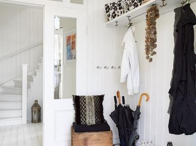 Czarno-biała terakota ułożona w karo na posadzce w białym korytarzu (47835)