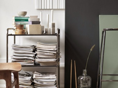 Metalowa szafka z półkami,szklany dekoracyjny słój,panele ozdobne w salonie (47896)