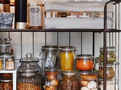 Regał to bardzo praktyczne rozwiązanie w kuchni, choć wymagające dyscypliny w utrzymywaniu na nim porządku. Wśród typowo skandynawskich kolorów zwracają tu uwagę również sprzęty w kolorze srebrnym – lodówka, okap, zmywarka. (49009)