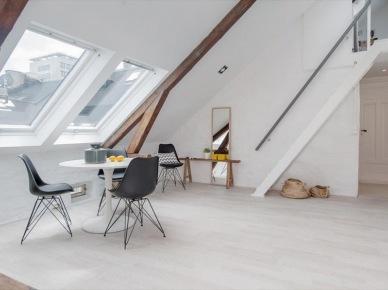 Okrągły biały stół na jednej nodze,czarne krzesła Vitra w skandynawskiej jadalni na poddaszu (24585)
