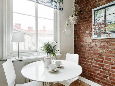 i kolejne cudeńko w stylu skandynawskim - dwupoziomowe mieszkanie z pięknymi biało-szarymi szafkami kuchennymi i ścianą z czerwonej cegły. I jak przystało na skandynawska aranżację , wszystko zostało funkcjonalnie i przejrzyście urządzone. Biel, naturalne drewno, czerwona cegła i szczypta szarości - wszystko to , co kojarzymy ze skandynawskim designem...