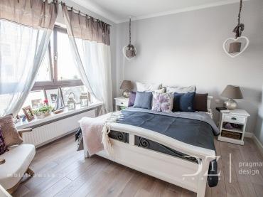 Do sypialni wybrano spokojną i kojącą paletę barw opartą na bieli oraz różnych odcieniach koloru niebieskiego. We...