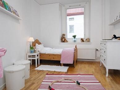 Pokój dziecięcy z drewnianym łóżkiemi różowymi dekoracjami (20510)