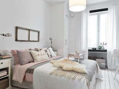 Skandynawska sypialnia z futrzakiem i poduszkami w pastelowych kolorach (20639)
