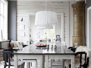 Biały stół z czarnym blatem,czarne skandynawskie krzesła,biała lampa wiszaca,drewniany sufit z białymi belkami w jadalni (25996)