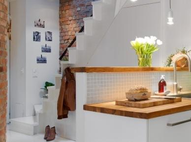 Piekne ściany z cegieł i drewniany blat wkuchni (23056)