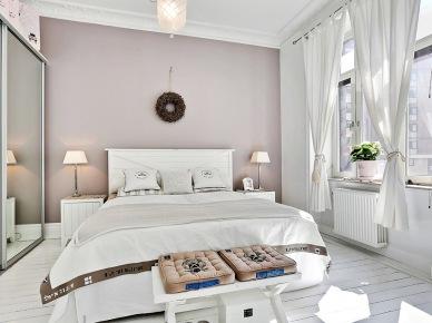 biel jest ciepła - to stwierdzenie może wielu zaskoczyć, ale neutralność bieli, jej czystość, światło, to potencjał, który daje wiele możliwości. Biel nie jest zimna, nieprzyjazna - jest doskonałym tłem do wyeksponowania detali, przedmiotów, do powiększenia optycznie przestrzeni domu,do jego rozświetlenia - tego przykładem jest właśnie pokazana aranżacja domu. Niejednorodny styl, choć zdecydowanie skandynawskie, ale w znakomitym zestawie z wiejską, francuska nutką. Wiklinowe kosze i koszyczki,fantazyjne stylowe , francuskie krzesła i dodatki tworzą niezwykłą atmosferę w tych wnętrzach. Nagromadzone przedmioty nie wchodzą sobie wzajemnie w drogę, współgrają ze sobą i tworzą zgrany zespół. Białą przestrzeń ubarwiają naturalne kolory wikliny, brudne beże i trochę subtelnej szarości z grafitami. Jednym słowem - naturalnie i zarazem fantazyjnie, prosto i ze stylem, dobrym stylem. I co sądzicie ? Mi się podoba...