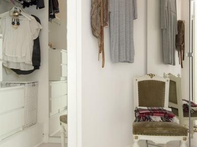 Prostokątne białe lustro i stylowe krzesło w aranżacji małego przedpokoju (24734)