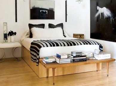 Czarne kinkiety, pościel  i fotografie w białej sypialni z drewnianym łóżkiem (20894)