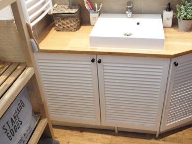 Drewnopodobna podłoga w białej łazience (49055)
