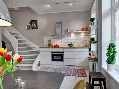 Przestronny dwupoziomowy apartament, gdzie króluje szarość, w skandynawskim stylu