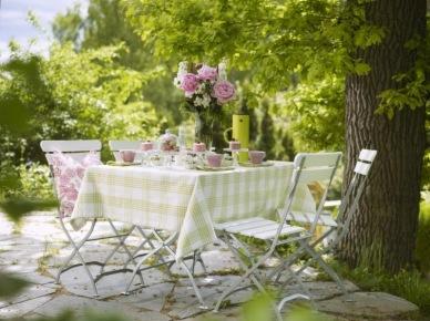 Stół w ogrodzie (10839)