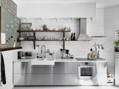 Stalowe szafki kuchenne,drewniane półki rustykalne,białe ceramiczne płytki,stylowa wzorzysta tapeta (47753)