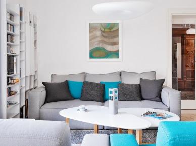 Aranżacja sofy bazuje na równowadze i symetrii. Szary salon wzbogacono pojedynczymi dodatkami w mocnym turkusowym odcieniu, które ożywiają wnętrze. Drobne dekoracje subtelnie przemycają do pokoju urok i...