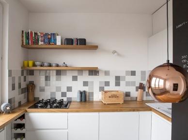 Jasna kuchnia z drewnianym blatem w mieszkaniu w bloku (49050)