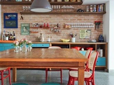 Przestronną kuchnię z jadalnią dekoruje kilka charakterystycznych przedmiotów. Na pierwszy plan wysuwają się kolorowe meble oraz szafki, uwagę zwraca na siebie również duży i piękny drewniany stół. Całość zamyka jakby ściana w głębi wyłożona czerwonymi...