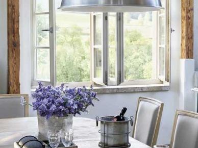 Drewniany stół, stylowe wloskie krzesła i industrialna metalowa lampa w jadalni (22363)