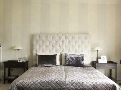Tapeta w pasy w eleganckie srebrno-szarej sypialni (20522)