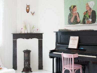 Czarne pianino i oryginalny kominek w aranżacji salonu (49079)
