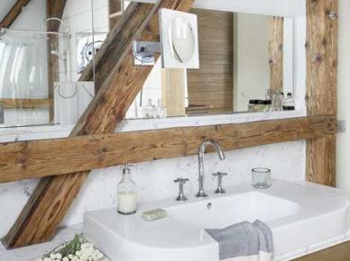 Modern  rustykalna biała łazienka z drewnianymi belkami (22371)