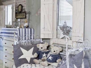 Kute łóżeczko w biało-niebieskiej dekoracji i drewniane okiennice w pokoju dziecięcym (21489)