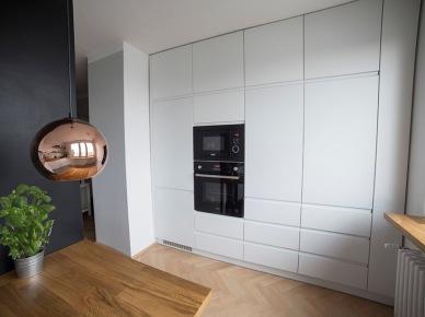 Białe szafki kuchenne zajmujące całą ścianę (49044)