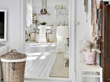 Sypialnia urządzona w stylu prowansalskim, słoneczna i jasna w odcieniach delikatnego beżu i brązu.