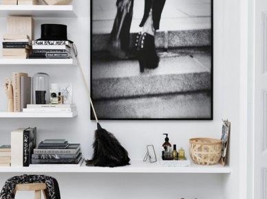 Białe pólki na ścianie w przedpokoju,nowoczesne fotografie w dekoracji przedpokoju (47841)