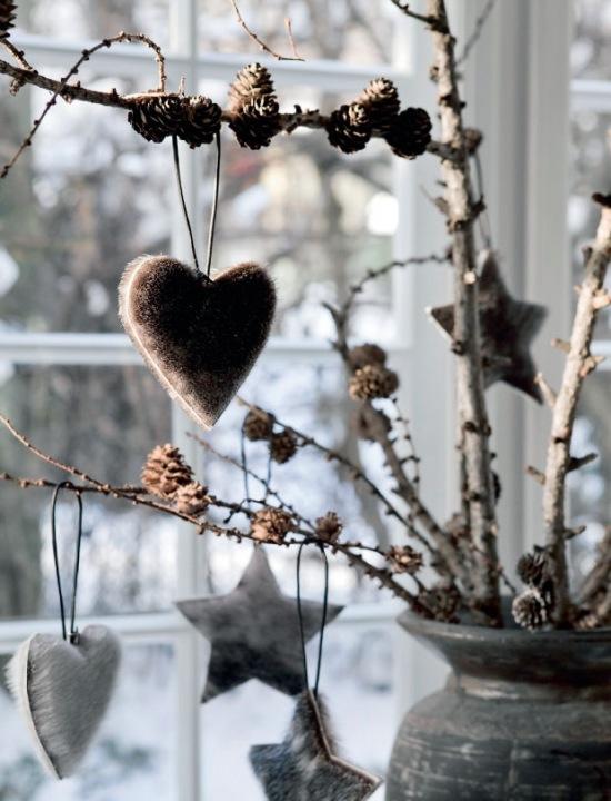 Naturalne dekoracje świateczne z gałązek brzozy, szyszek i drewna