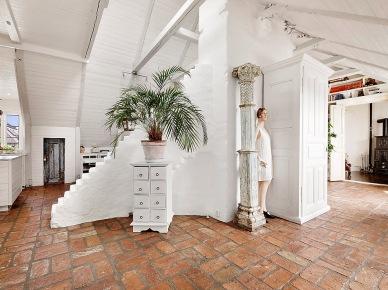 Czerwona terakota,bielone belki ,kolumna reto vintage i bielone cegły w korytarzu na poddaszu (21513)