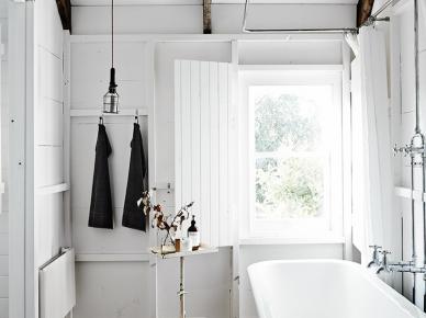 Drewniane belki,białe ściany,wolnostojąca wanna na nóżkach ,metalowe detale dekoracyjne (47814)