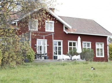 Brązowy dom  z bialymi oknami z tarasem z bialymi meblami (25988)