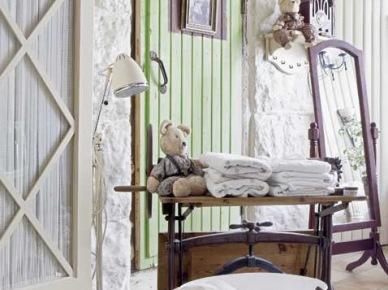 Dekoracje w stylu shabby chic w pastelowej sypialni (21487)
