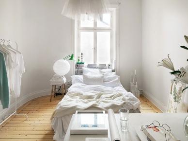 Aranżacja białej sypialni z biurkiem i drewnianą podłogą z naturalnego drewna (21385)