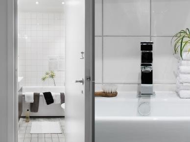 Czarne akcesoria w białej łazience (19669)