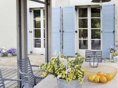 Niebieskie okiennice , shuttersy i metalowe szare meble i detale na tarasie (22375)