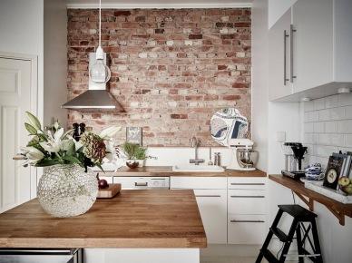 Czerwone cegły podkreślają wyjątkowość kuchni w stylu skandynawskim. Białe proste szafki kuchenne i drewniane blaty tworzą przyjemną dla oka kompozycję kolorystyczną i jednocześnie kreatywne środowisko kulinarnej...