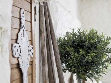 Kute białe i drewniane półki i dekoracje  w aranżacji domku (21485)
