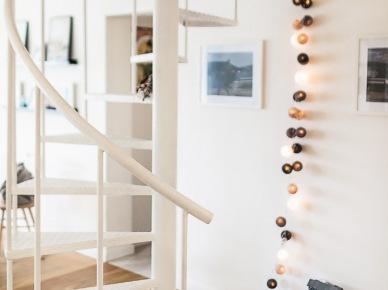 Kręcone schody i dekoracje w skandynawskiej aranżacji (47720)