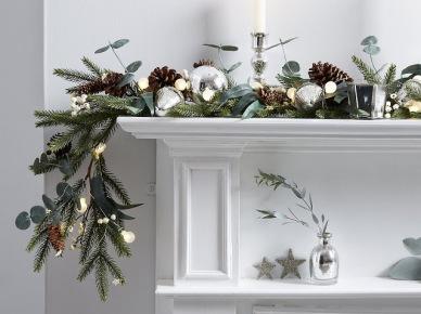 Pomysł na świąteczną zieloną girlandę z brązowymi szyszkami i świecznikami na portal kominkowy (47787)