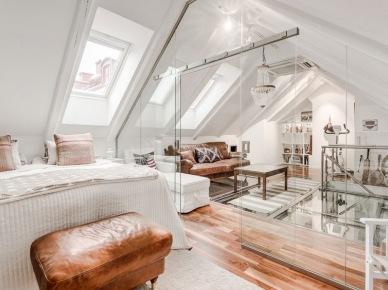 Szklane ścianki działowe w aranżacji białej sypialni ze skórzanymi detalami (22542)