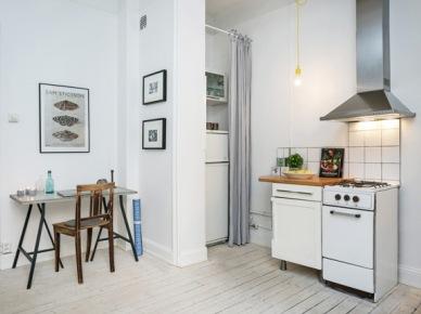 Mały kącik domowego biura obok aneksu kuchennego w małym mieszkaniu (24999)