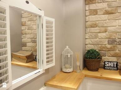 Biała łazienka z drewnianą półką (49053)