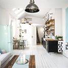 Biała drewniana podłoga w salonie i kuchni