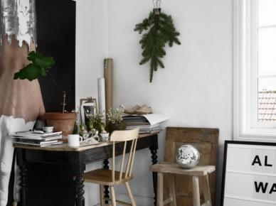 Zielone gałązki z igliwiem w domowym białym biurze ze stylowym czarnym biurkiem (47849)