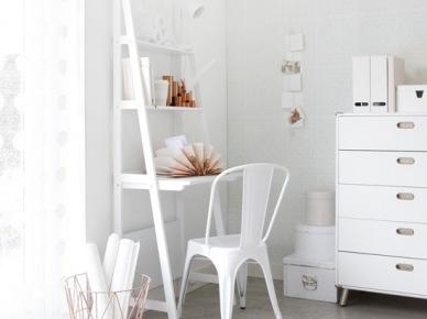 Drabinka z półkami,szufladnik,industrialne krzesło i pudełka w białej aranzacji pokoju (22884)